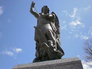『修道院入口の大天使ミカエル像』