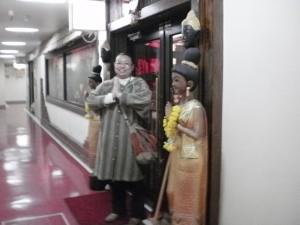 『マニ―タイ前にて♪』